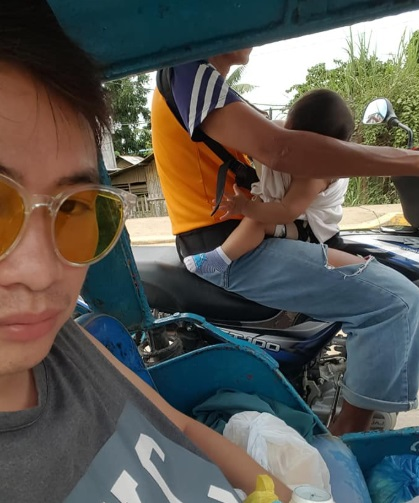 Tricycle Driver Taking His Son On the Road Attracts the Attention of the Netizens 1