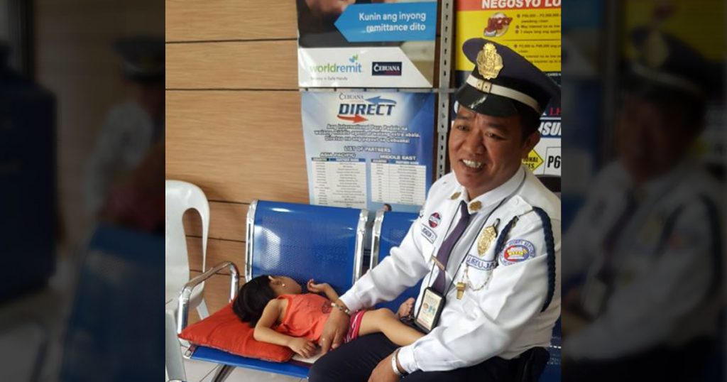 A-Security-Guard-Brings-His-Sick-Daughter-to-Work-and-Inspire-Netizen-to-Share-His-Story-0