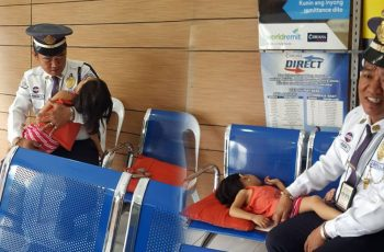 A-Security-Guard-Brings-His-Sick-Daughter-to-Work-and-Inspire-Netizen-to-Share-His-Story